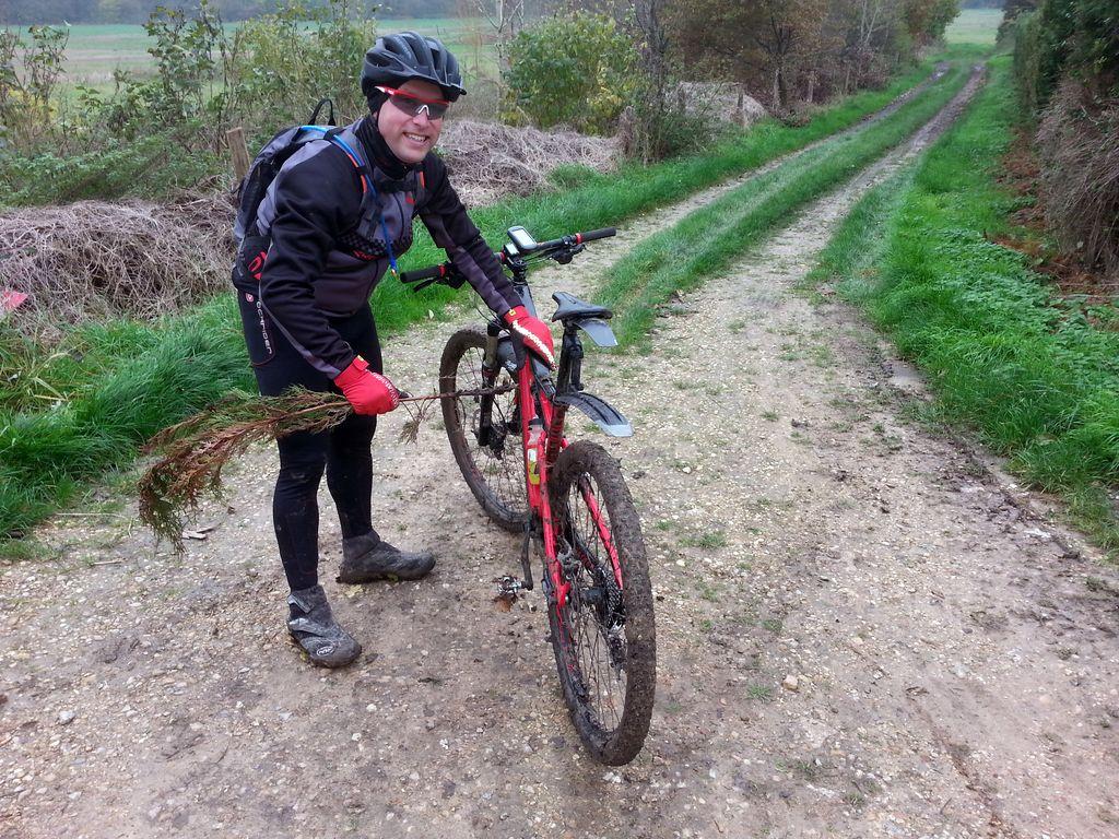 Pour bien nettoyer son vélo, trouver une branche...